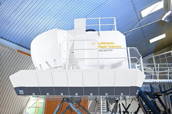 Flugsimulator in einer großen Halle