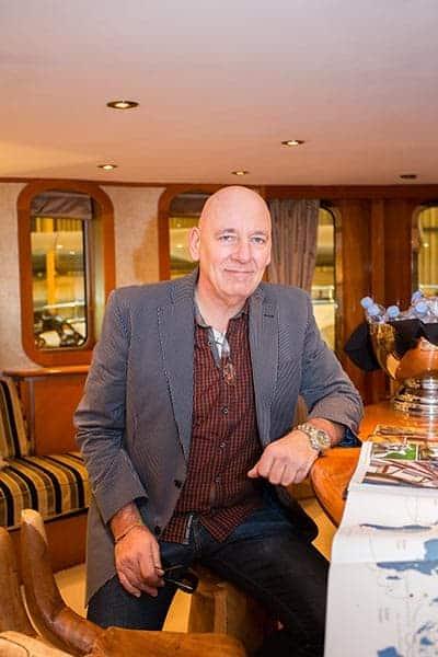 Mann sitzt an der Bar einer Luxus-Yacht