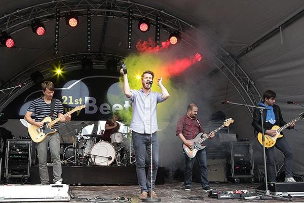 Die Band Revolverheld spielt auf einer kleinen Bühne