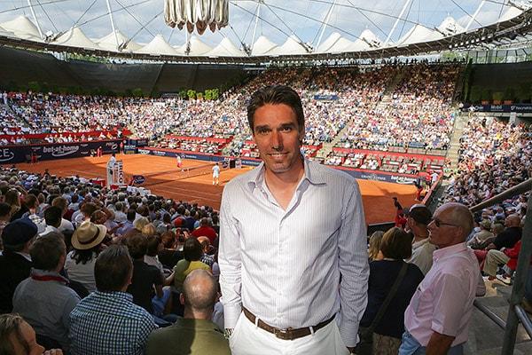 Ex-Tennisprofi Michael Stich posiert vor dem gefüllten Center Court