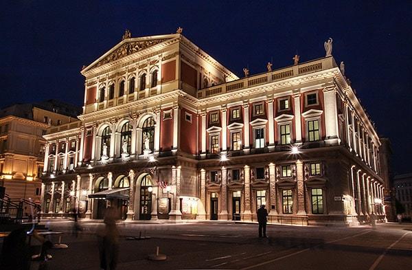 Außenansicht eines alten schönen Gebäudes bei Nacht