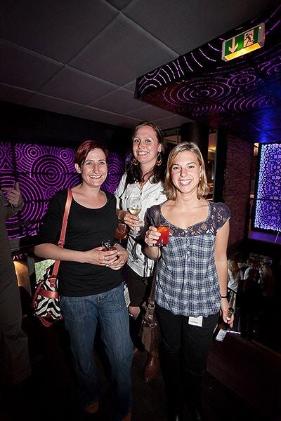 Drei Frauen mit Gläsern auf einer Party