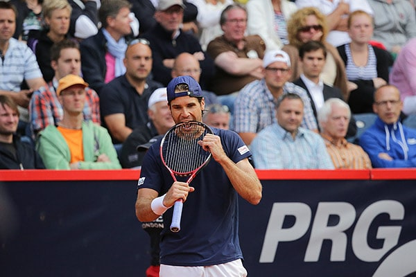Tennisprofi Tommi Haas beißt in seinen Tennisschläger