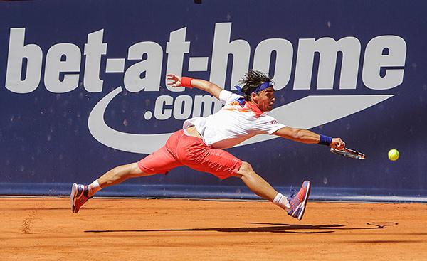 Tennispieler streckt sich nach dem Ball