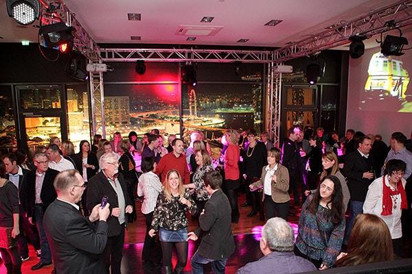 Partylocation mit tanzenden Menschen