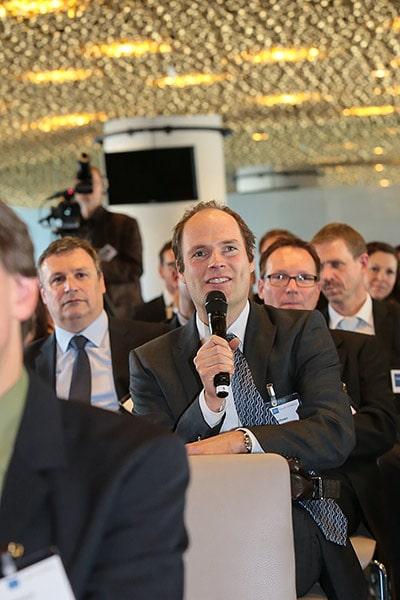 Mann im Publikum mit Mikrofon