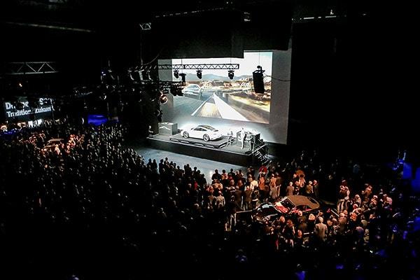 Autopräsentation in einer großen Halle (Mehr!-Theater)
