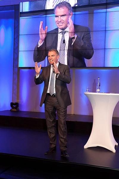 Redner auf Bühne